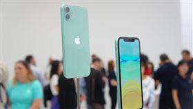 iPhone 11新顏色亮相蘋果公司推出iPhone 11系列新機,圖為搭載雙鏡頭的6.1吋綠色iPhone 11。中央社記者吳家豪舊金山攝 108年9月15日