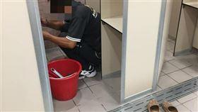 16:9 運動中心女淋浴間驚見男維修工 男、女網友看法竟差這麼多 圖/翻攝自「爆怨公社」臉書