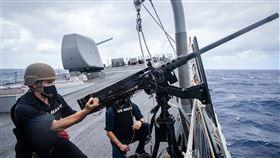 共軍南部戰區9日晚間發文指控美國海軍飛彈驅逐艦馬侃號闖入中國西沙「領海」。美軍第七艦隊則發布,馬侃號當天曾在艦上進行防衛演習。(圖/翻攝自facebook.com/7thfleet)