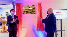駐關島代表處揭牌中華民國復設駐關島辦事處10日正式運作,處長陳盈連(左)與關島副總督德諾里歐(右)共同揭牌。(駐關島辦事處提供)中央社記者石秀娟雅加達傳真 109年10月10日