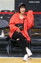 大元為以愛之名-明星籃球公益賽加油。(記者邱榮吉/攝影)