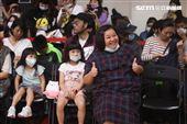 鍾欣凌帶著女兒為以愛之名-明星籃球公益賽加油。(記者邱榮吉/攝影)