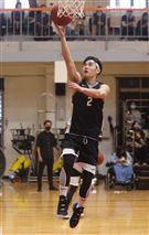 邱勝翊(王子)以愛之名-明星籃球公益賽上籃英姿。(記者邱榮吉/攝影)