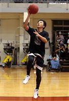 坤達以愛之名-明星籃球公益賽投球英姿。(記者邱榮吉/攝影)