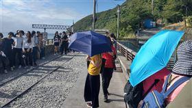 多良火車站遊客雨傘吹落鐵軌台東多良車站是熱門景點,因天氣炎熱,多數遊客都會帶傘遮陽,不過也因風大、拍照不慎,造成雨傘掉落鐵軌旁。(民眾提供)中央社記者張祈傳真 109年10月10日