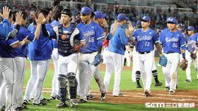 ▲富邦悍將球員賽後慶祝勝利。(圖/記者劉彥池攝影)