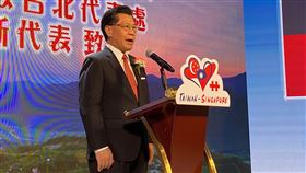 雙十國慶 駐新加坡代表出席線上慶祝活動新加坡台北工商協會10日舉辦線上國慶晚會,透過虛實整合的方式慶祝,駐新加坡代表梁國新出席致詞。中央社記者侯姿瑩新加坡攝 109年10月10日