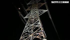 台中狂男半夜爬50米電塔 受困求救(圖/翻攝畫面)
