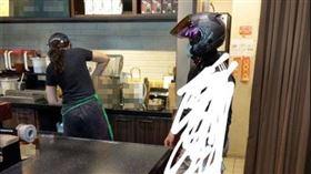 外送哥急拿餐!站超近「狂盯店員做」 同行轟:沒水準。(圖/翻攝自UberEATS台灣)