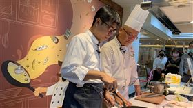 陳其邁做木瓜料理高雄市長陳其邁(左)12日在飯店主廚的協助下扮起廚師,炒了一道青木瓜肉片,架式有模有樣。中央社記者王淑芬攝  109年10月12日