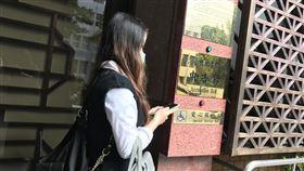 ▲碩士生誆「綠胸罩在我家」性侵前女友 辯「正面的報復」,被害女碩士生赴台北地檢署提告。(圖/記者楊佩琪攝)