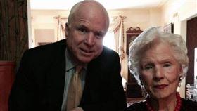 美國已故聯邦參議員馬侃(左)的母親羅貝塔‧馬侃(右)今天以108歲高齡辭世。(圖取自twitter.com/SenJohnMcCain)
