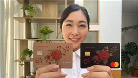 ▲玫瑰Giving卡,雙色可選,為市面上唯一可以自行滴入喜愛香水,打造專屬的香水卡。(圖/台新銀行提供)
