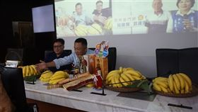 金門雲林好「蕉」情(1)金門縣長楊鎮浯(前右)13日與雲林縣長張麗善跨海視訊,共同為雲林香蕉宣傳,鼓勵民眾多多選購。金門縣府也表示,向雲林採購的香蕉15日將運抵金門。中央社記者黃慧敏攝 109年10月13日
