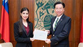 尼加拉瓜大使李蜜娜(Mirna Mariela Rivera Andino)於14日向外交部長吳釗燮呈遞到任國書副本。(圖/外交部提供)