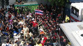 泰國抗議民眾和警方對峙
