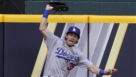 ▲道奇外野手貝林傑(Cody Bellinger)撞牆美技沒收長打。(圖/美聯社/達志影像)