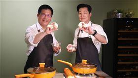 林佳龍與立委林昶佐在東門市場「巧遇」後,一起採買食材,並到廚藝教室體驗親自烹調台灣小吃「蚵仔煎」。(圖/交通部提供)