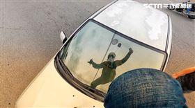 新北五股一名重機騎士被左轉車撞飛,起身後怒踹擋風玻璃。翻攝youtube、ig kazafyen