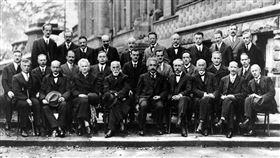 物理界大咖最強合照,1921年索爾維會議第五次會議。(圖/翻攝自維基百科)