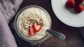 吃優格、喝優酪乳來緩解便秘,增加體內腸道的好菌。(圖/翻攝自pixabay)
