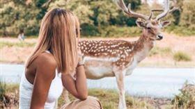 ▲許多女孩親近野生動物只為了IG。(圖/翻攝自推特)