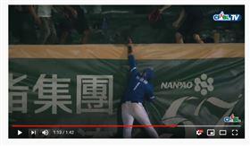 ▲富邦悍將林哲瑄演出美技接殺,還開了一個玩笑。(圖/截自CPBL TV)