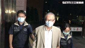 ▲簡明仁於17日凌晨,在調查官戒護下抵達台北地檢署複訊。(圖/記者楊佩琪攝)