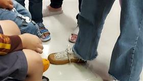 女網友抱怨,搭捷運被小孩踢到腳的媽媽狠酸。(圖/翻攝自爆怨公社)