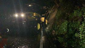 宜蘭大雨不斷蘇花公路零星落石 一度預