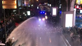 曼谷市區民眾集結抗爭  警方以水柱驅離泰國民眾16日晚間在曼谷市區巴吞旺路口聚集,施壓政府回應修憲、總理下台及王室改革等訴求,遭警方以水柱驅離。中央社記者呂欣憓曼谷攝  109年10月16日