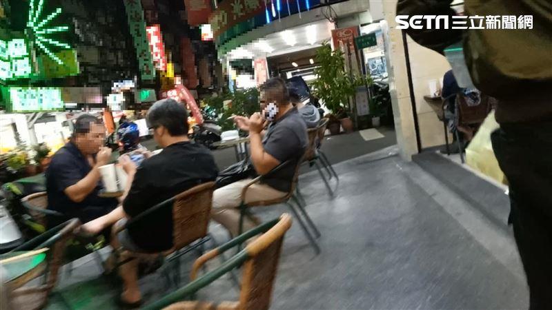 獨/咖啡店顧客吞雲吐霧丟菸蒂又違停擋道 民憂:怕怕的!
