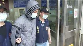 ▲對「保護傘」餐廳潑雞糞的男子莫凡,被移送至台北地檢署後遭到聲押。(圖/翻攝畫面)