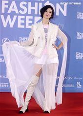 鍾瑤出席「2020臺北時裝週」壓軸時尚大秀。(記者邱榮吉/攝影)