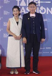 台北市長柯文哲與夫人出席「2020臺北時裝週」壓軸時尚大秀。(記者邱榮吉/攝影)