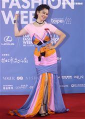 徐若瑄出席「2020臺北時裝週」壓軸時尚大秀。(記者邱榮吉/攝影)