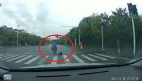 女童,摔車,出腳,踹倒,中國