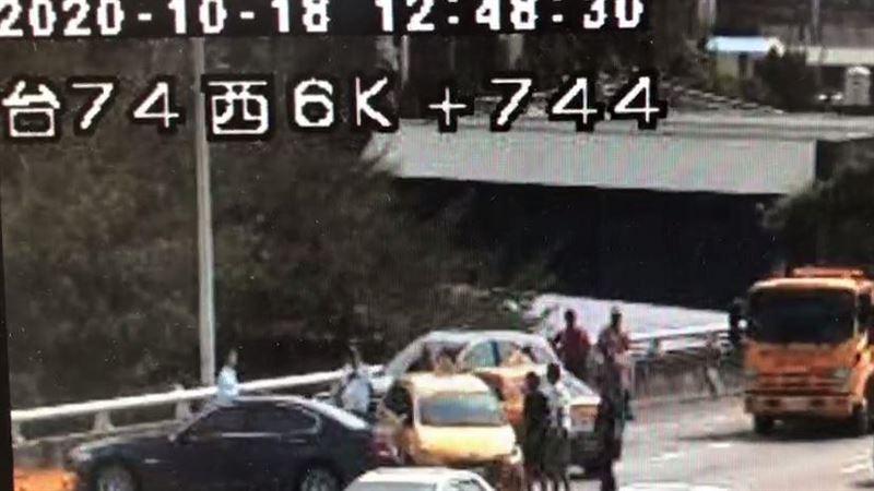 台中台74線連環車禍…車都凹了 5車撞一團3人送醫