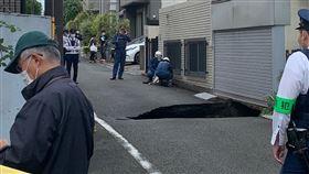 快訊/日本東京住宅區炸出「5公尺天坑」 圖翻攝自推特 https://twitter.com/60wodsworth/status/1317687606084128769/photo/3