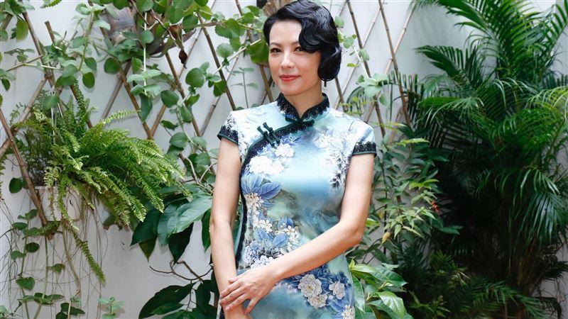 隔20年再套旗袍!50歲陳孝萱太辣「上面差點裝不進去」