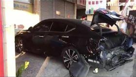 台中市驚傳遊覽車追撞多部轎車及機車事故。(圖/翻攝畫面)