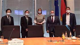 德國會討論中國對台威脅(1)德國國會人權委員會19日舉辦會議,討論台灣安全局勢和防疫措施,邀駐德代表謝志偉(左2)參加。(駐德代表處提供)中央社記者林育立柏林傳真  109年10月20日