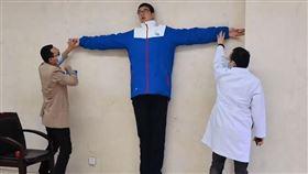 14歲童「身高221公分」!申請金氏紀錄 網看父母秒懂(圖/翻攝自微博)