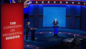 美國總統川普(左)與民主黨籍對手拜登(右)22日的辯論將有「靜音」按鈕。主辦單位表示,意在避免重蹈第一場辯論亂象的覆轍。(圖取自facebook.com/joebiden)