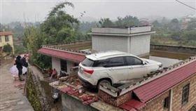 中國,四川,屋頂,轎車,屋主,車主 翻攝紅星新聞