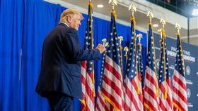 美國總統川普(圖)20日接受電視節目訪問時,呼籲美國司法部長巴爾對他口中的「罪犯」拜登展開調查。(圖取自The White House flickr,版權屬公有領域)