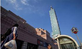 台灣防疫得宜,陸續公布的經濟數據頻頻寫下好成績,國發會主委龔明鑫21日表示,今年經濟成長率有可能會超過主計總處先前所預估的1.56%。圖為台北街頭。(中央社檔案照片)