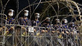 泰國警方以鐵絲網阻擋抗議民眾