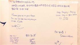 國泰航空空服員當年親手寫卡片鼓勵台灣空服員。(圖/讀者提供)