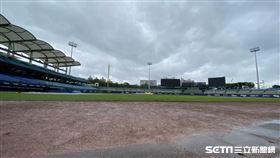 新莊棒球場因雨延賽。(圖/記者王怡翔攝影)